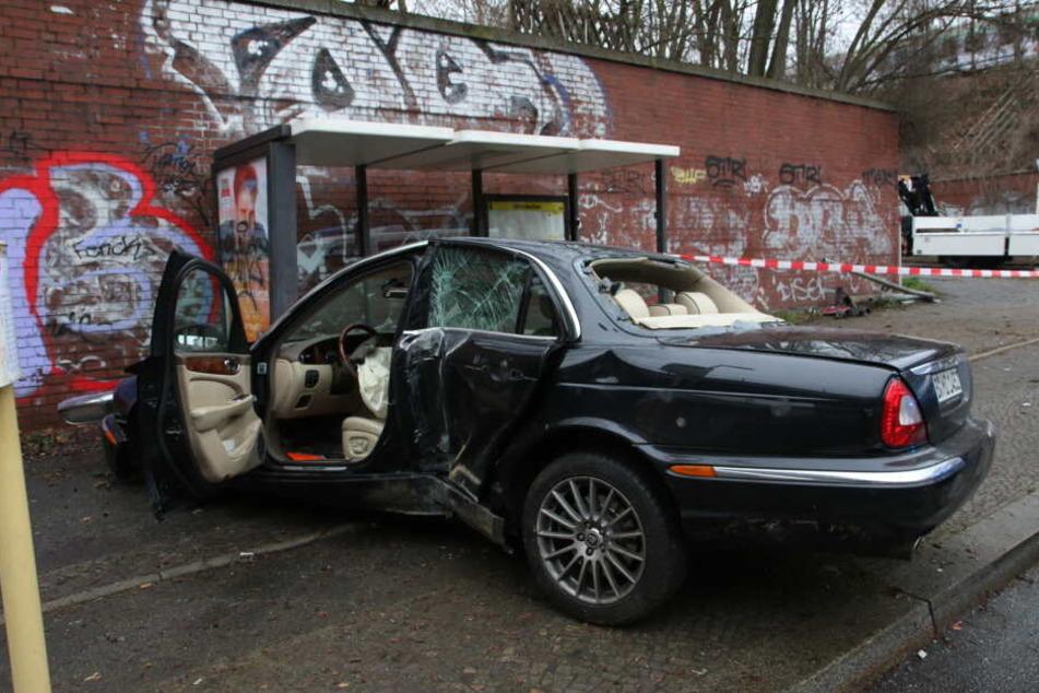 Der Fahrer soll reanimiert worden sein.
