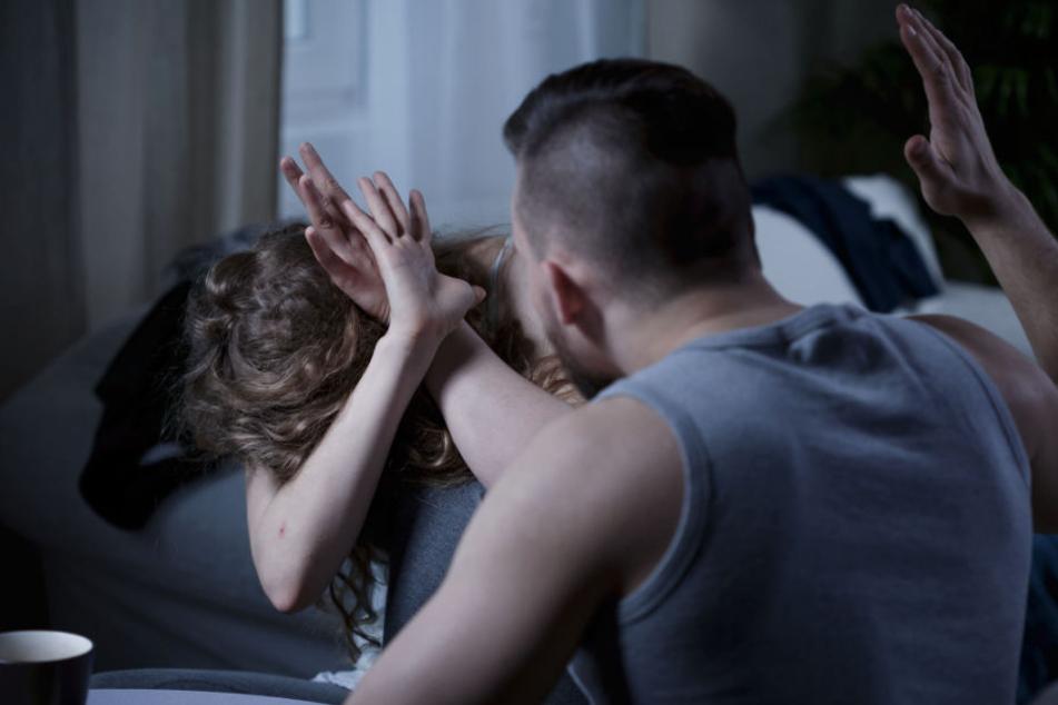 Mit heftiger Gewalt ging der Mann auf seine Freundin los. (Symbolbild)