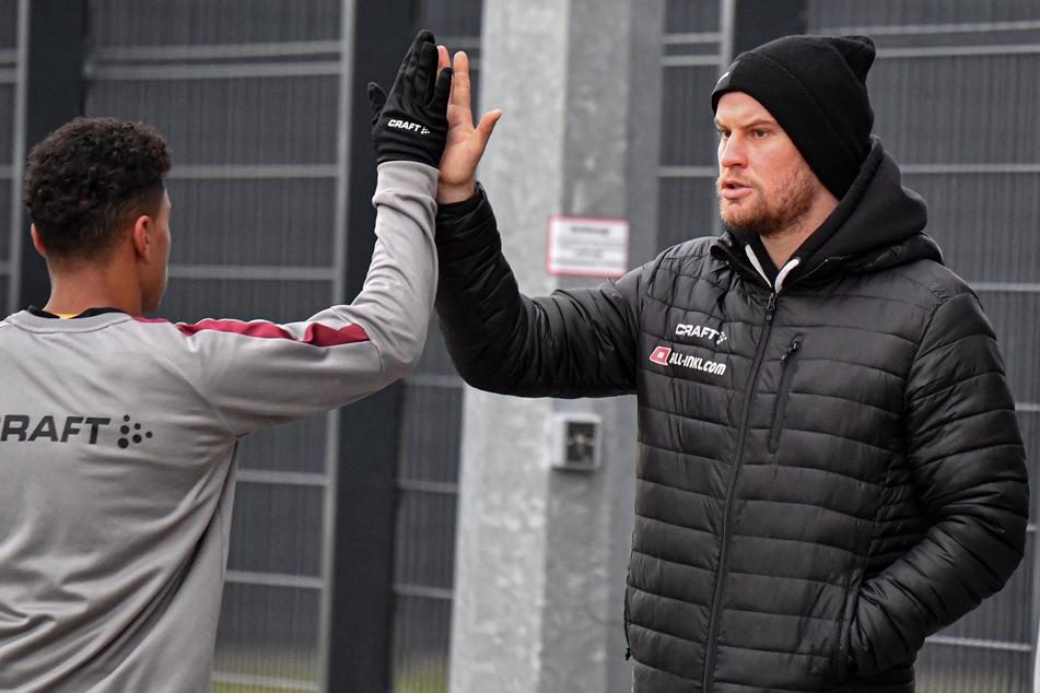 Sebastian Mai (27, r.) klatschte nach dem Jablonec-Spiel mit Ransford Königsdörffer (19) ab. Der Kapitän könnte bald zurück im Training sein.