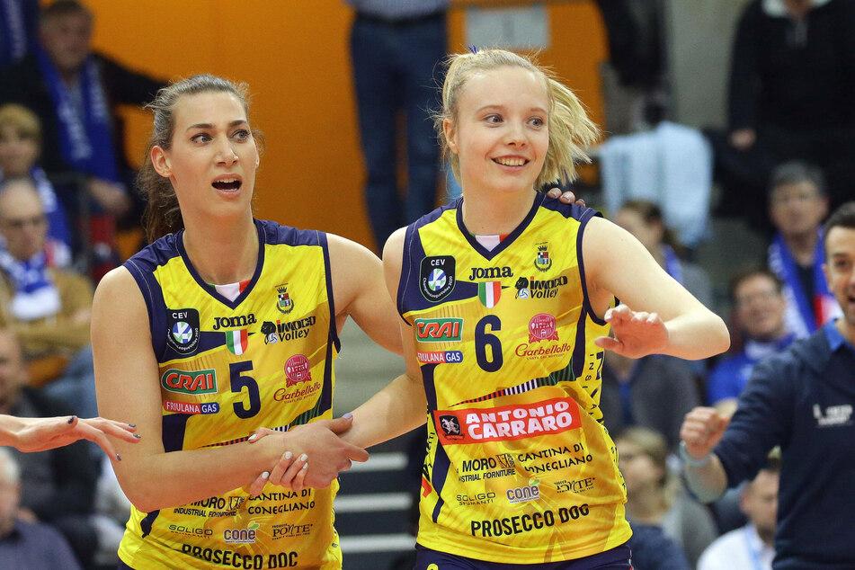 Jennifer Geerties (rechts) mit der ehemaligen DSC-Mittelblockerin Robin de Kruijf im Trikot von Imoco Conegliano.