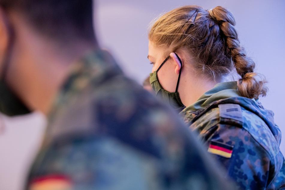 Soldatinnen und Soldaten der Bundeswehr sitzen in einer Schulung für die Kontaktnachverfolung im Gesundheitsamt.