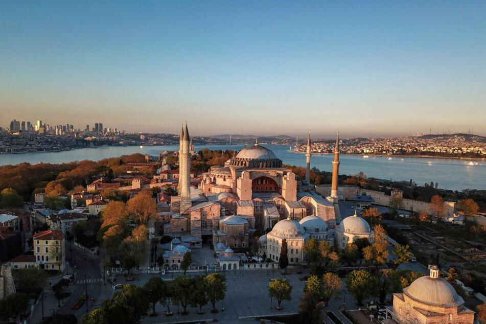 Türkei, Istanbul: Sonne scheint auf Hagia Sophia im historischen Stadtviertel Sultanahmet.