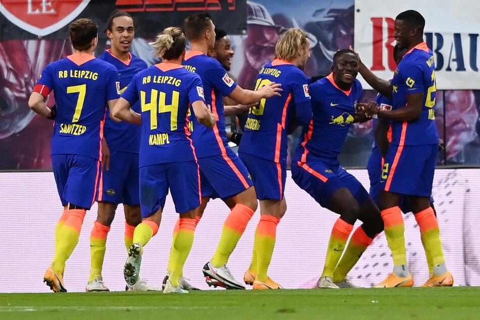 Konaté (2.v.r.) wird von seinen Mitspielern nach seinem Treffer gefeiert.