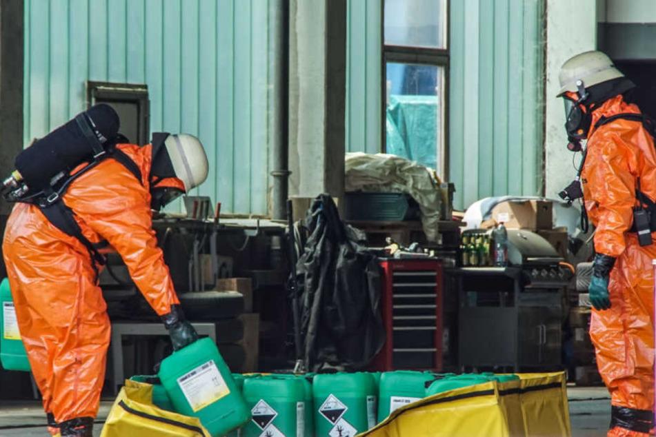Feuerwehrmänner in Schutzmontur bei ihrer Arbeit auf dem Firmengelände.