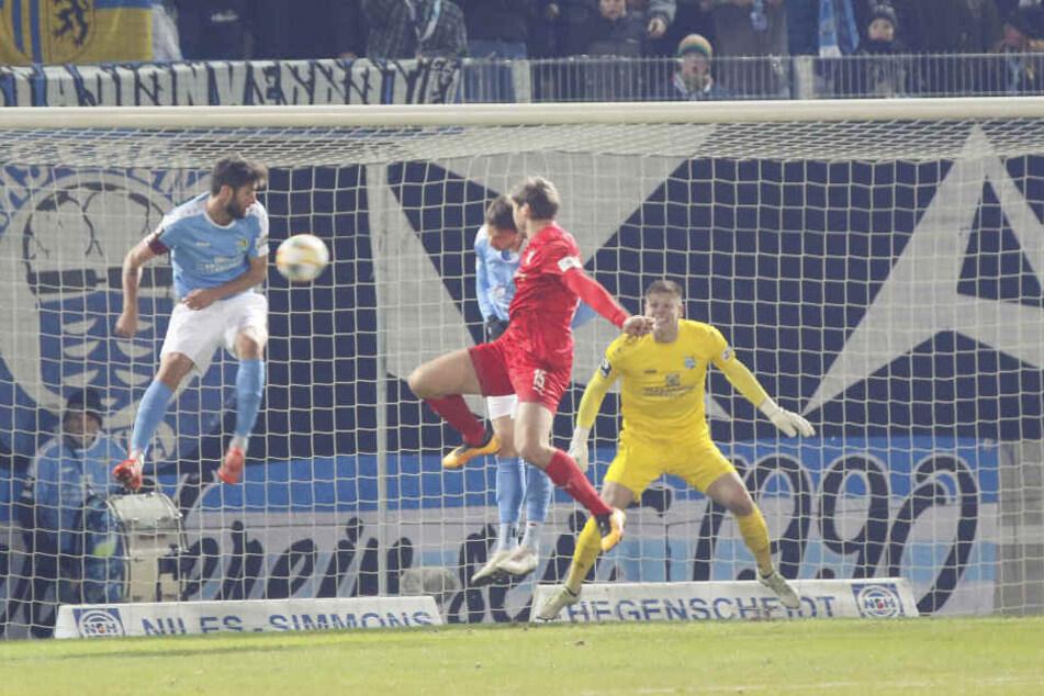 Per Kopf trifft FSV-Kicker Ronny König (in Rot) hier im Spiel gegen den Chemnitzer FC.