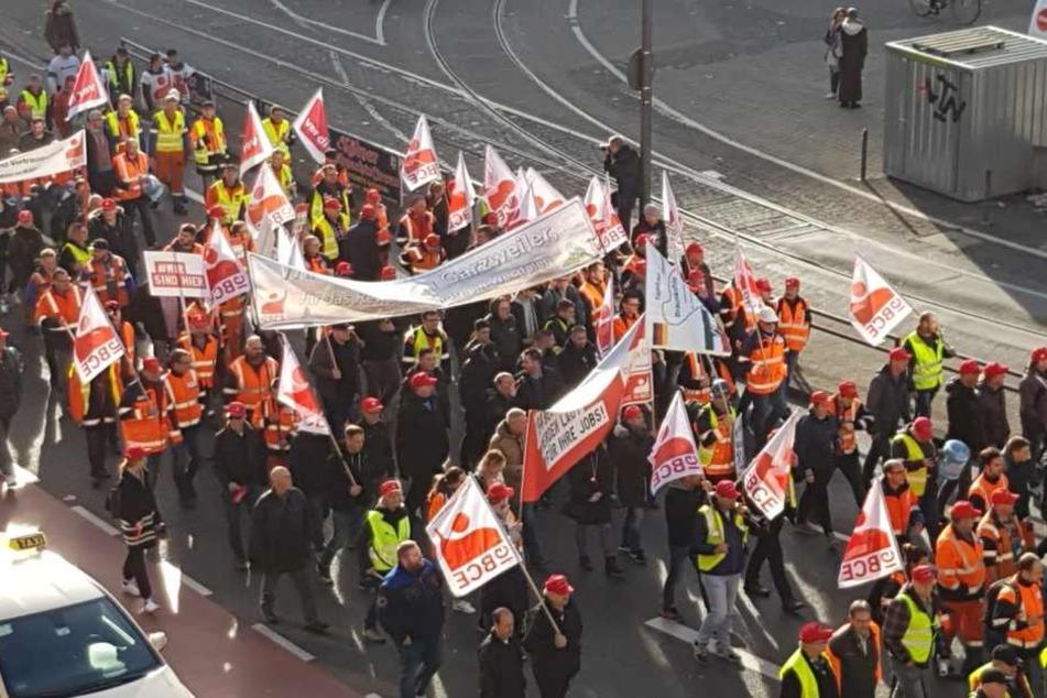 Die Teilnehmer der Braunkohle-Demo zogen durch die Kölner Innenstadt.