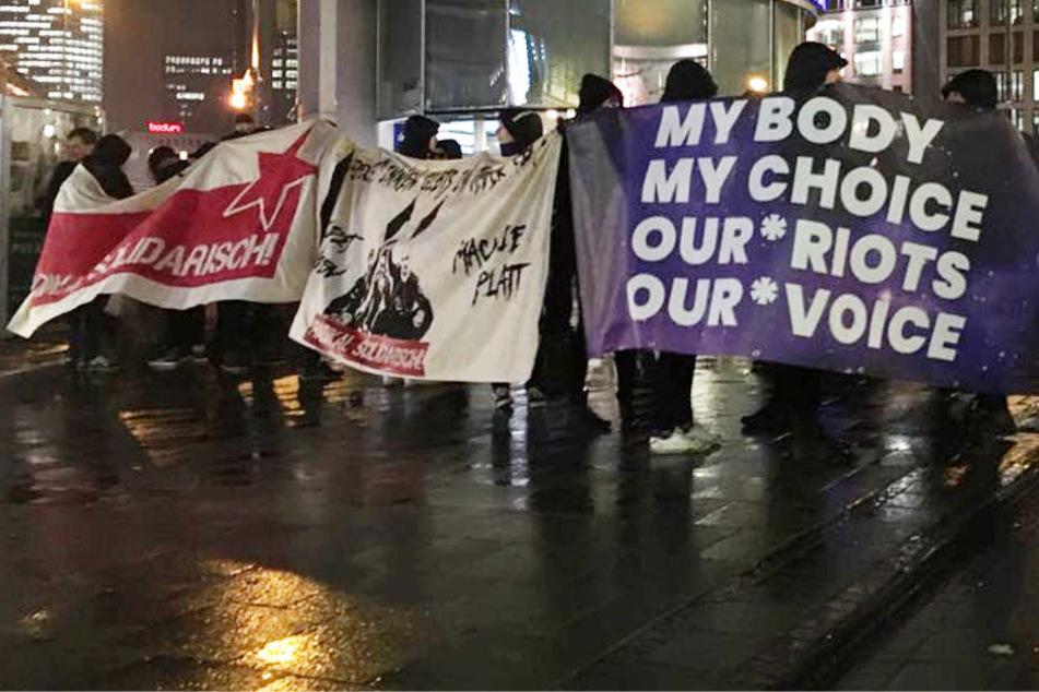 Auf dem lilafarbenem Transparent ist das Motto der Kundgebung zu lesen.