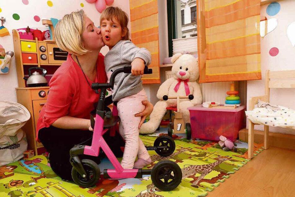 Mutterliebe ist grenzenlos: Milanka-Nicole leidet am Leigh-Syndrom, einer seltenen Erbkrankheit, die sich mit Muskelschwäche, epileptischen Anfällen und Atemstörungen bemerkbar macht.