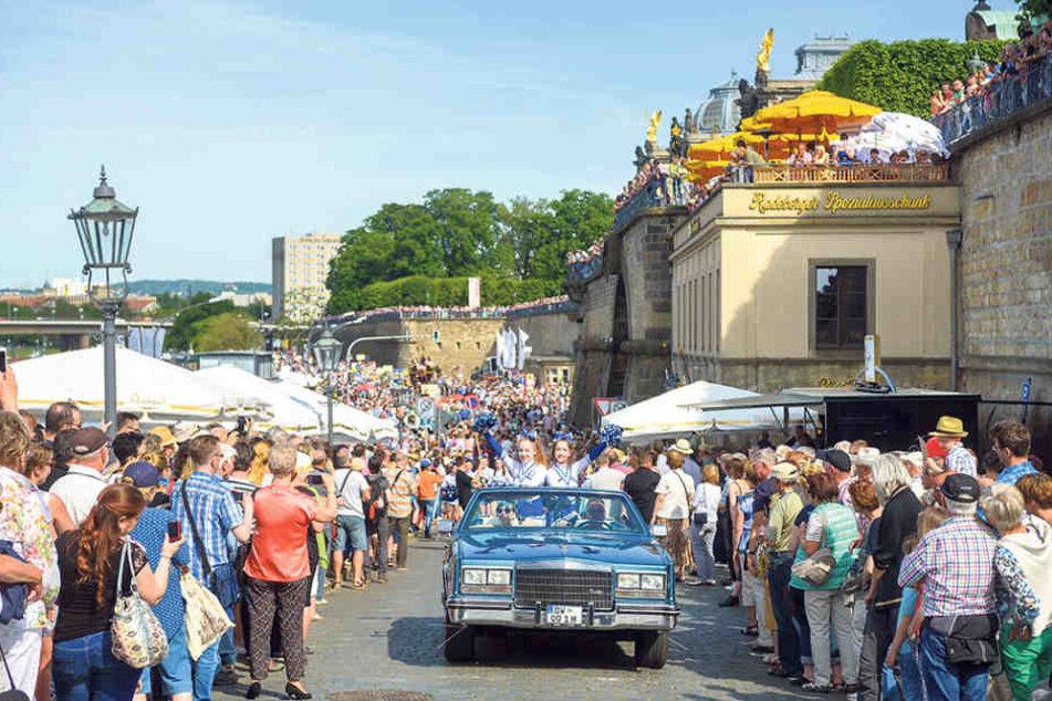Musik und gute Laune liegen in der Luft. Tausende Dresdner säumen alljährlich  die Paradestrecke am Terrassenufer.