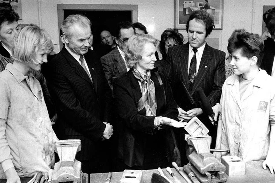 Hoher Besuch zu DDR-Zeiten: Volksbildungsministerin Margot Honecker (†89, M.) spricht im Robotron-Gelände mit einem Schüler.