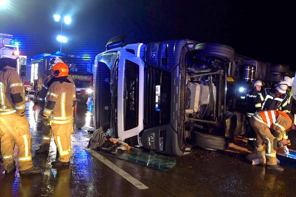 Die beiden Insassen des Lastwagens wurden verletzt.