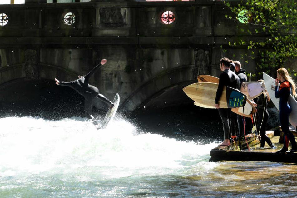 Surfer am Eisbach in München: Über die Pfingstfeiertage soll es heiß werden.
