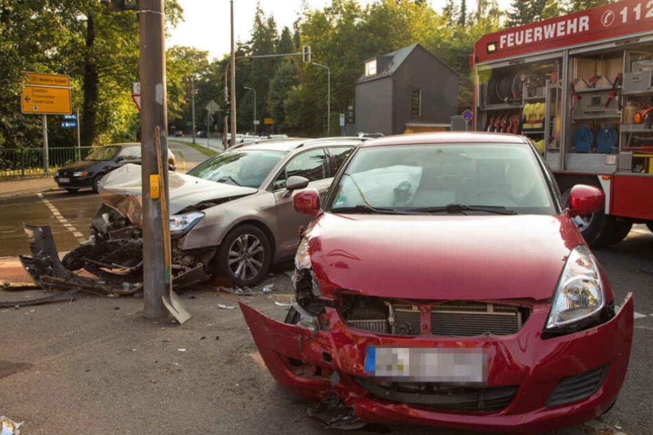 An einer Kreuzung in Freiberg krachte es am Freitagabend gewaltig.