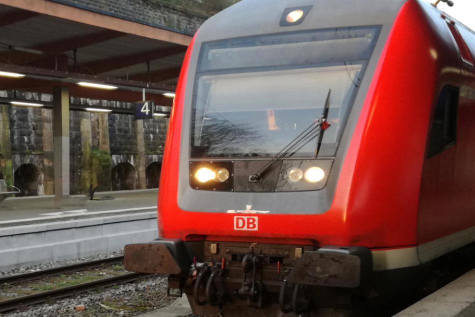 Schleierfahnder haben in Bayern einen Mann in einem Zug kontrolliert. (Symbolbild)
