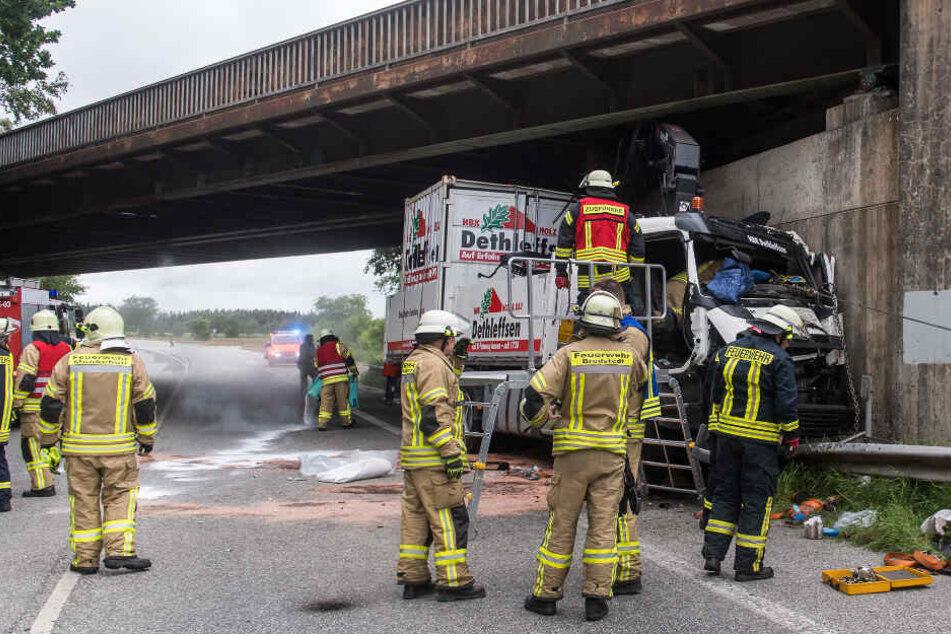 Ein Lastwagen hat die Eisenbahnbrücke zwischen Bredstedt und Langenhorn gerammt. Deswegen gibt es große Behinderungen auf der bahnstrecke nach Sylt.