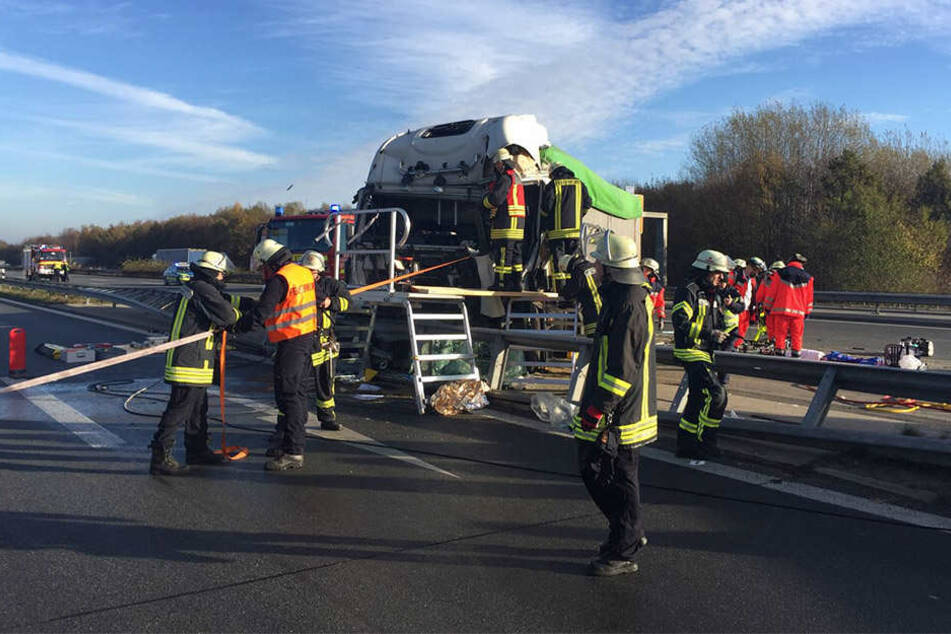 Der LKW-Fahrer musste aus seinem Führerhäuschen von der Feuerwehr befreit werden.