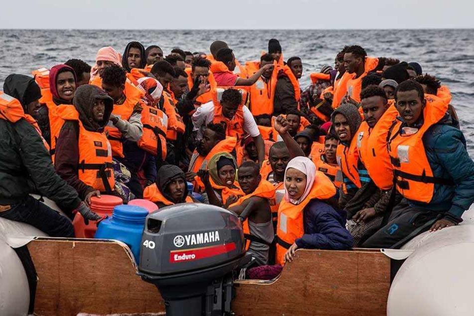 Immer mehr Flüchtlinge steuern in Europa Spanien an, nachdem Italiens neue Regierung dicht gemacht hat.