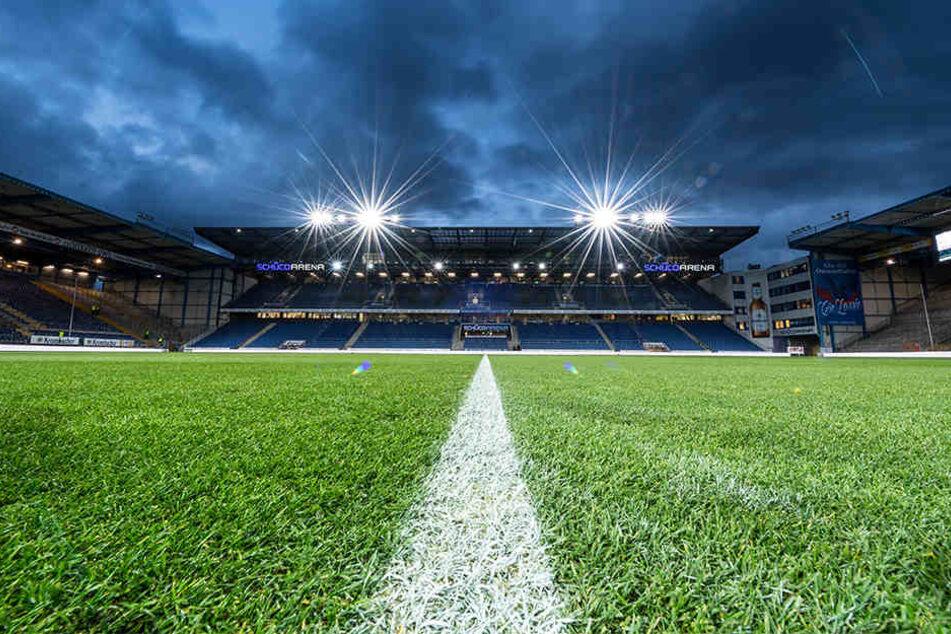 Fluchtlicht-Stimmung in der Schüco-Arena. Insgesamt 13.688 Fußball-Anhänger sahen das Spiel am Freitagabend in Bielefeld.