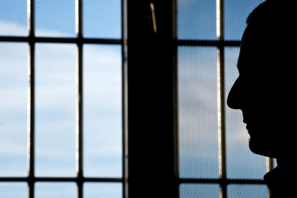 Sogar als der Gefangene in eine andere Anstalt verlegt wurde, besuchte die Beamtin den Mann. (Symbolbild)