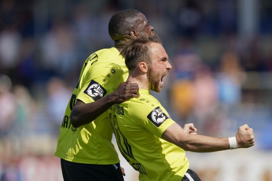 Traumtorschütze Fabio Viteritti (r.) feiert mit Jose-Junior Matuwila (l.) den Treffer zum 3:0 aus Cottbuser Sicht.