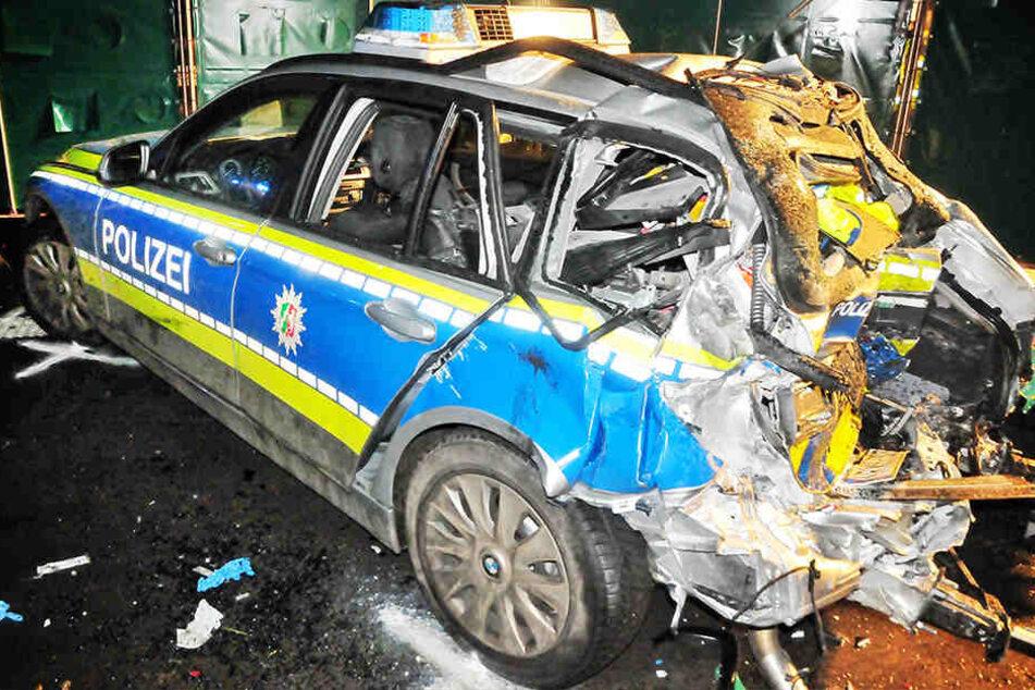 Eine Polizistin ist bei einem schweren Unfall auf der Autobahn A61 bei Viersen getötet worden.