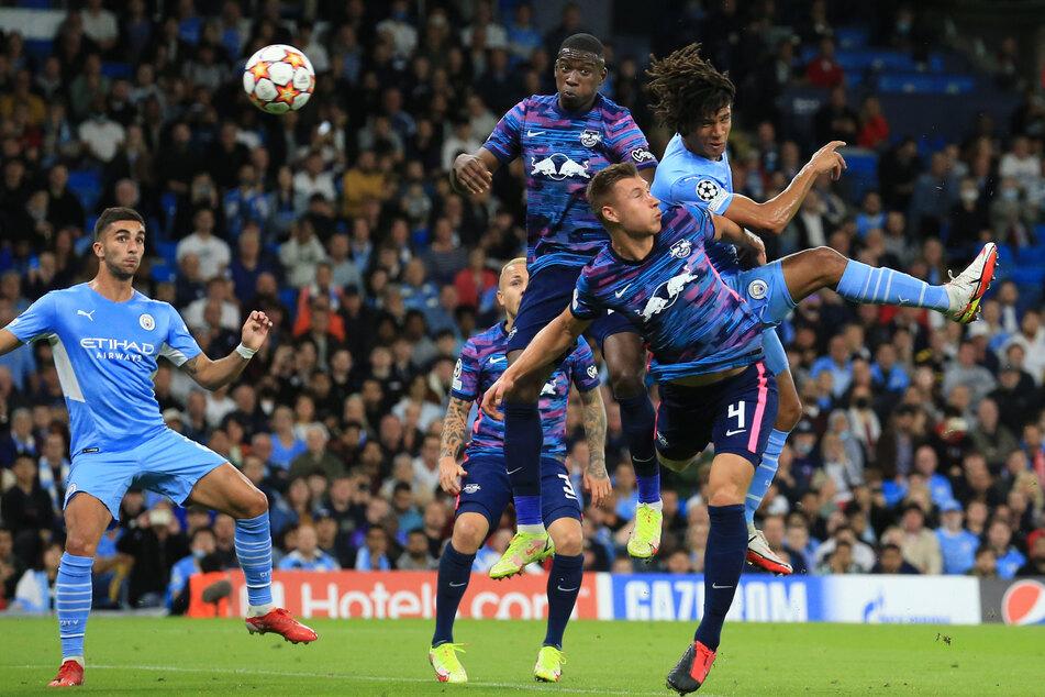 Nathan Aké (r.) köpft, Willi Orban (2.v.r.) kann dies nicht verhindern, 1:0 Manchester.