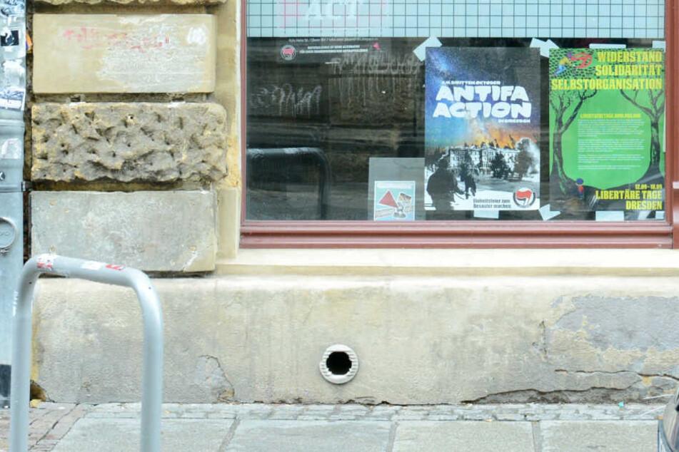 Der Gewalt-Aufruf im Büro der linken Landtagsabgeordneten in Dresden war  gestern Abend noch zu sehen.