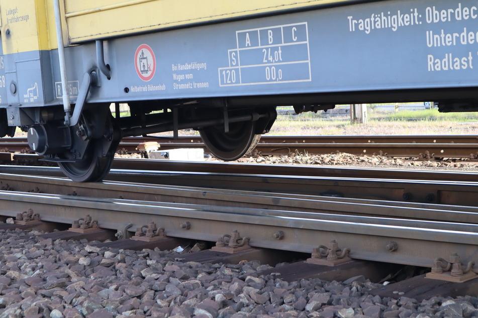 Man sieht deutlich, dass die Waggons keinen Kontakt mehr zur Schiene haben.