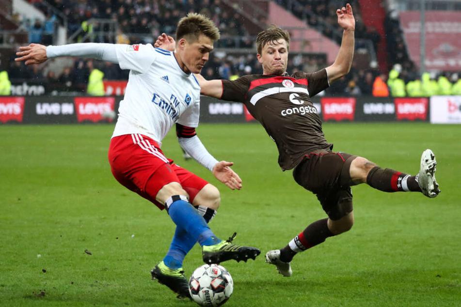 Im Derby ging es heiß her. St. Paulis Richard Neudecker grätscht einen Passversuch von HSV-Verteidiger Gotuko Sakai ab.
