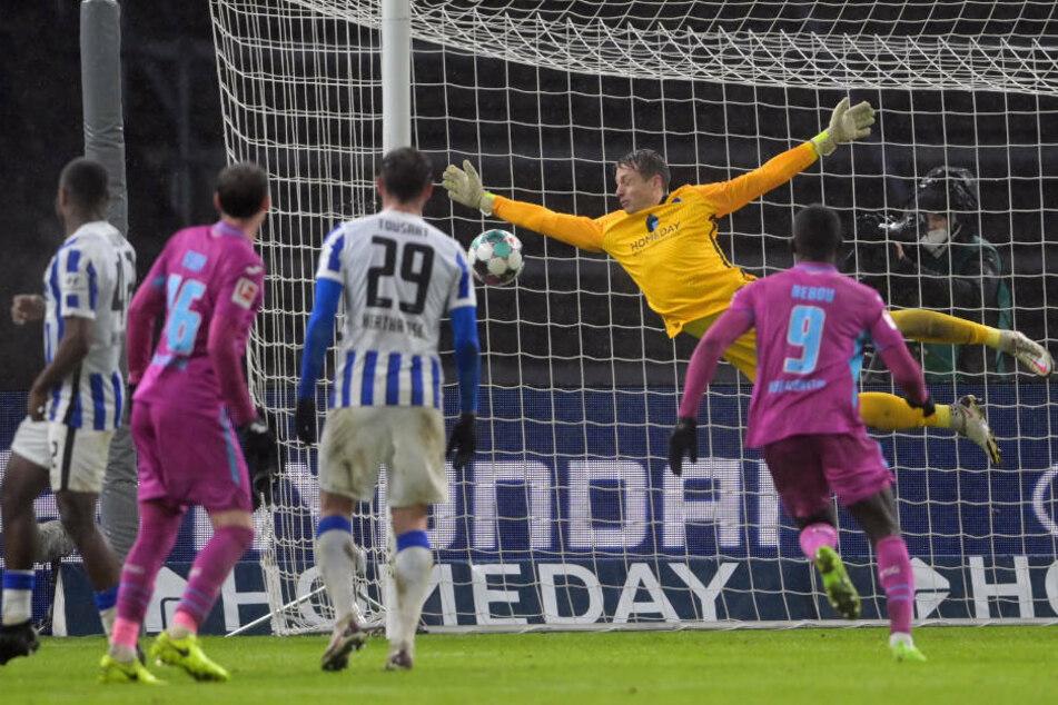 Hertha-Keeper Alexander Schwolow (28) kann den Einschlag zum 0:3 nicht mehr verhindern.