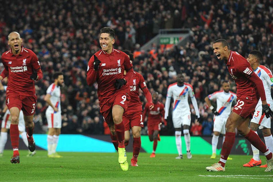 Liverpools Roberto Firmino (M.) feiert sein Tor zum 2:1 mit seinen Teamkollegen Joel Matip r.) und Fabinho (l.).