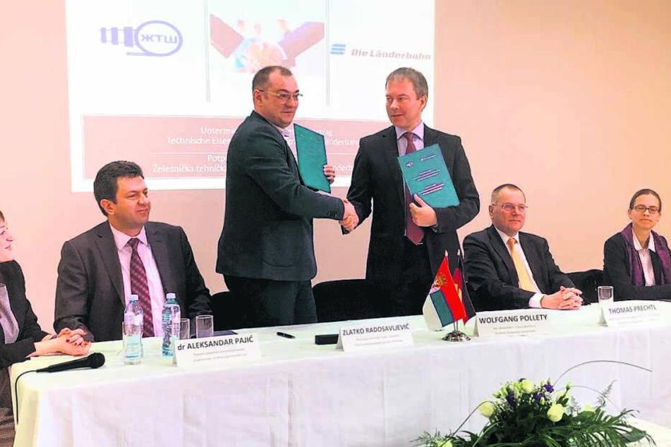 Länderbahn-Chef Wolfgang Pollety (50, r.) und Zlatko Radosavljevic, Chef der Technischen Eisenbahnschule Serbien, beschlossen die künftige Zusammenarbeit.