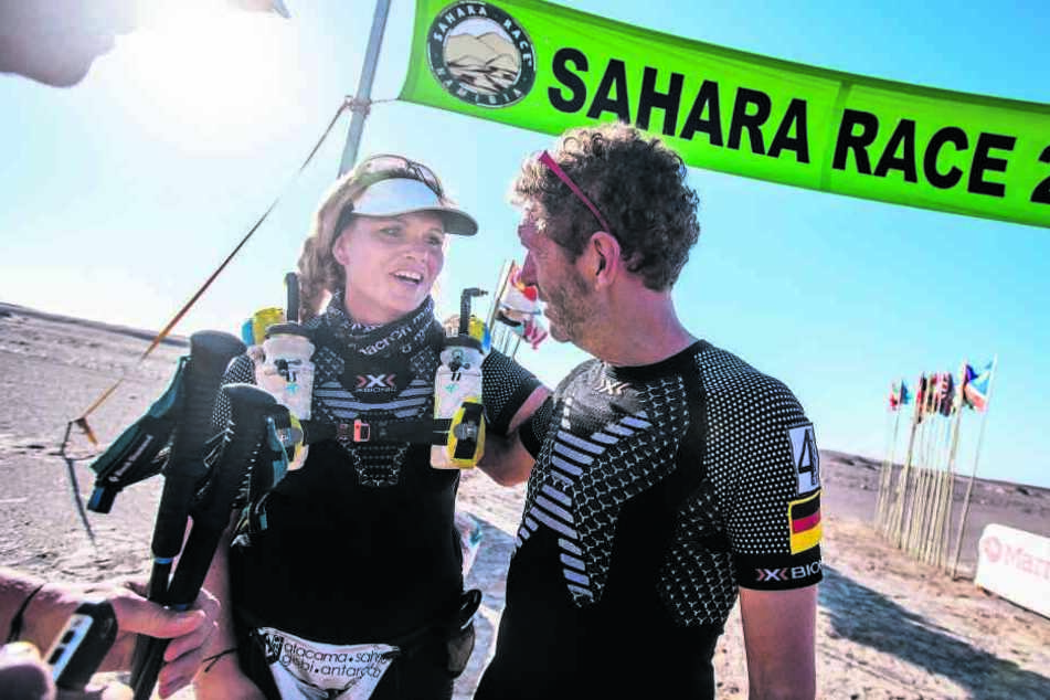Antje Wensel erreichte als neunte Frau beim Sahara Race das Ziel. Danach konnte sie viele Glückwünsche entgegennehmen.