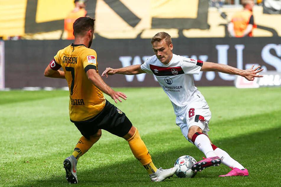 Dynamo-Kapitän Niklas Kreuzer (l.) im ersten Spiel gegen Nürnberg gegen Tim Handwerker. Trotz der Niederlage kann Dynamo auf der gezeigten Leistung aufbauen.