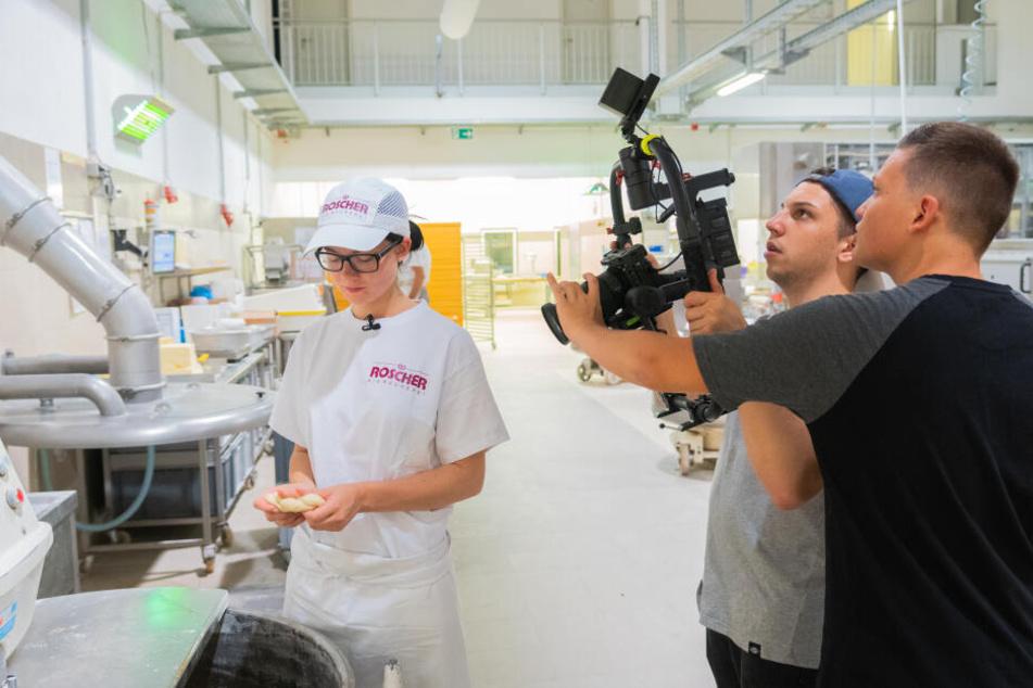 Saskia Braun absolviert eine Ausbildung zur Bäckerin. Patrick Schmidl (rechts) und Jonathan Hefner begleiten sie einen Tag lang.