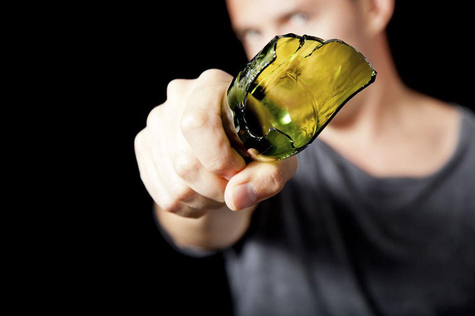 Erst bewarf der 30-Jährige den Wachschutz mit einer Flasche, dann attackierte er den Mitarbeiter. (Symbolbild)