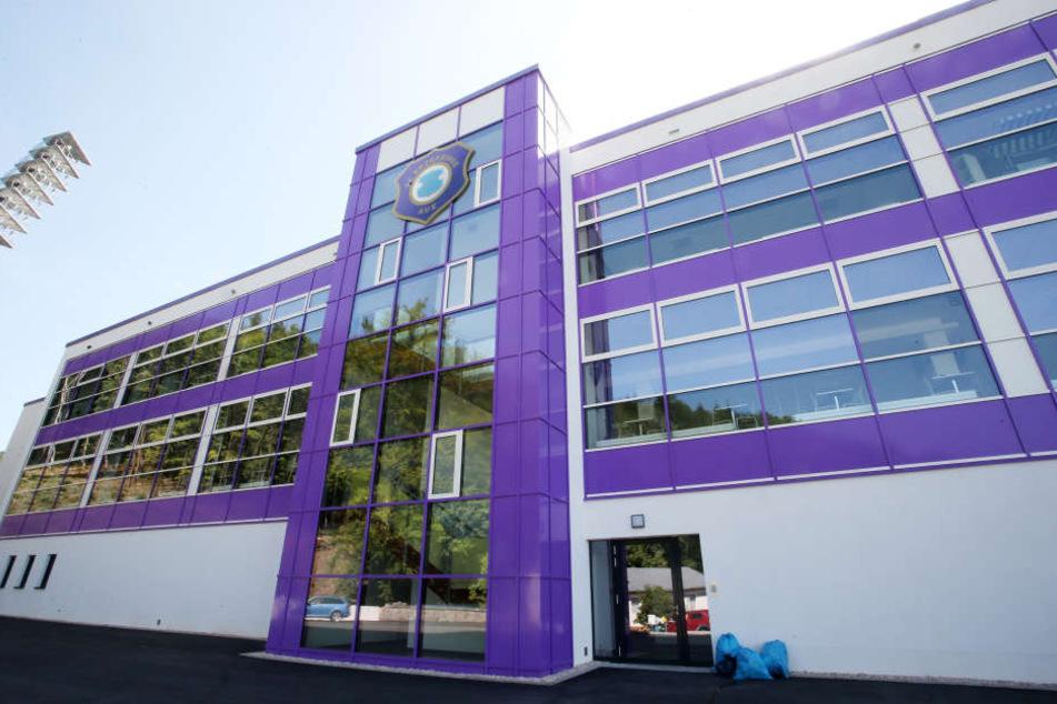 An der verglasten Fassade der neuen Haupttribüne prangt das Vereinslogo.