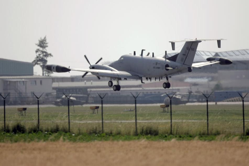 Auf dem Militärflugplatz in Erbenheim landet ein kleiner Flieger. (Symbolfoto)