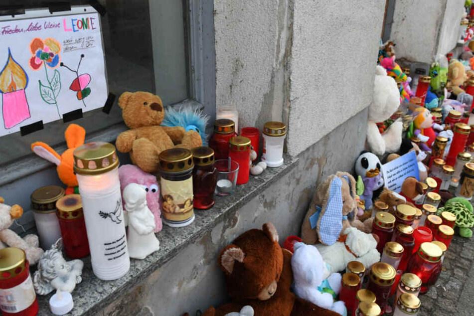 Eine Gedenkstätte wurde vor dem Eingang des Hauses eingerichtet.