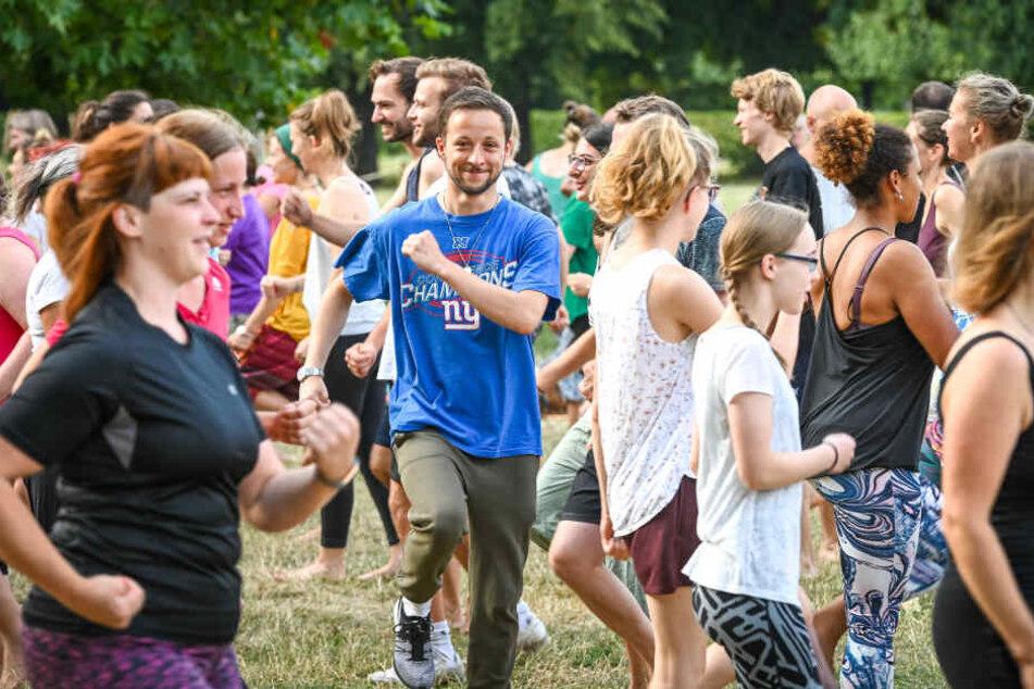 Tiergeräusche und im Kreis laufen: So läuft das Lach-Yoga beim Palais Sommer
