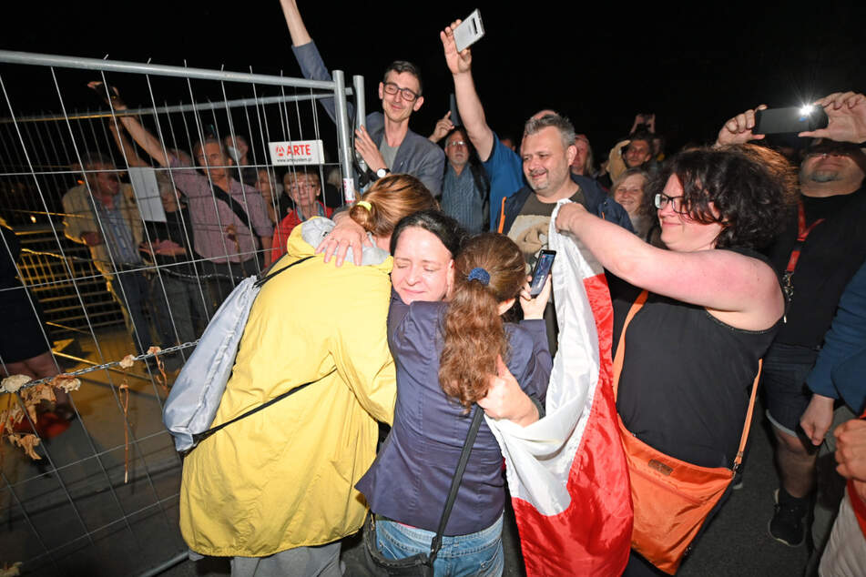 Görlitz, Mitternacht, Grenzübergang Altstadtbrücke: Erst gab es einen Countdown, dann Sekt, Feuerwerk und schließlich zig Umarmungen zwischen jubelnd feiernden Deutschen und Polen.