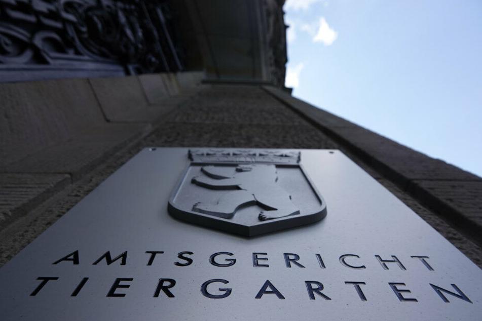 Der Eingang des Amtsgerichts Tiergarten mit dem Schriftzug des Gerichts und dem Berliner Wappen. (Archivbild)