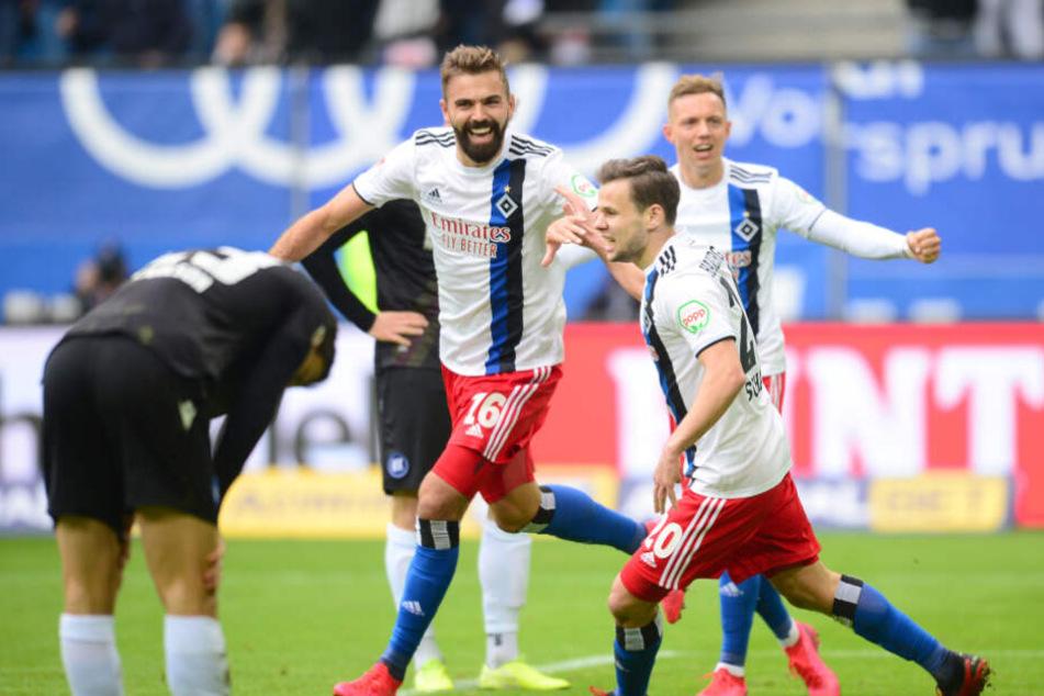 Lukas Hinterseer jubelt über seinen ersten Treffer.
