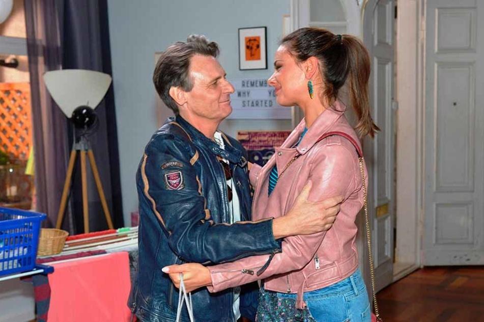 """Serien Urgestein Wolfgang Bahro (spielt """"Jo Gerner"""") verabschiedet sich von Janina Uhse."""