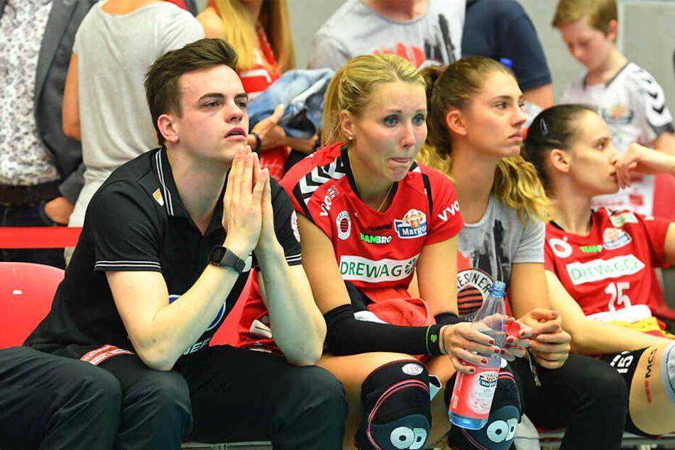 Tränen und Enttäuschung beim DSC, von links Co-Trainer Till Müller, Mareen von Römer, die verletzte Nikola Radosova und Ivana Mrdak.
