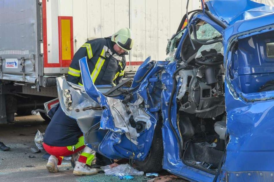Der Kleintransporter war am Stauende auf einen vorausfahrenden Lastwagen gekracht.
