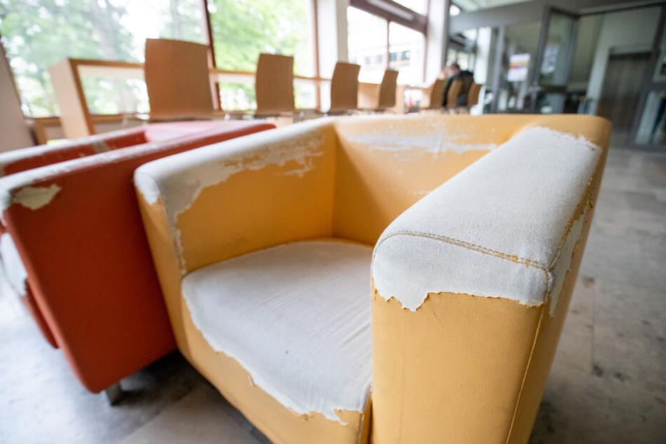 Abgenutzte Sessel stehen in einem Gebäude am FAU-Campus an der Regensburger Straße. Der Sanierungsstau an der Uni Erlangen-Nürnberg offenbart sich am FAU-Campus sehr deutlich.