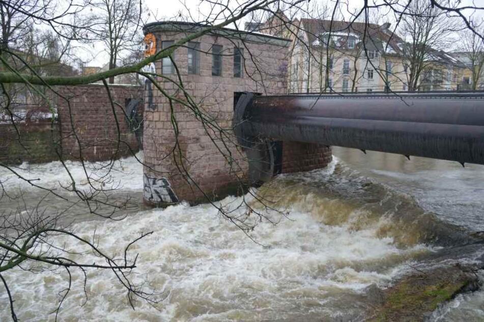 Die Chemnitz war schon am Sonntagnachmittag am Pegel an der Georgbrücke gut gefüllt.