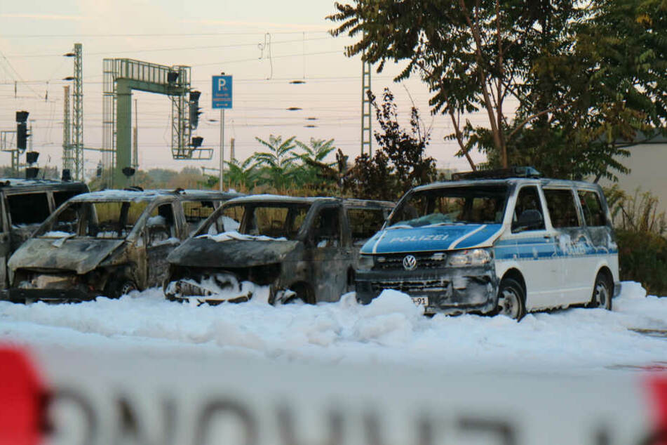 Am Magdeburger Hauptbahnhof sind 18 Autos abgebrannt, darunter Fahrzeuge der Bundespolizei.