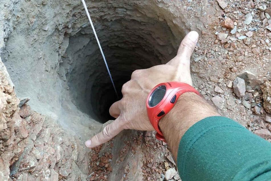 Der Kleine ist in einem mehr als 100 Meter tiefen Brunnenschacht verschollen.